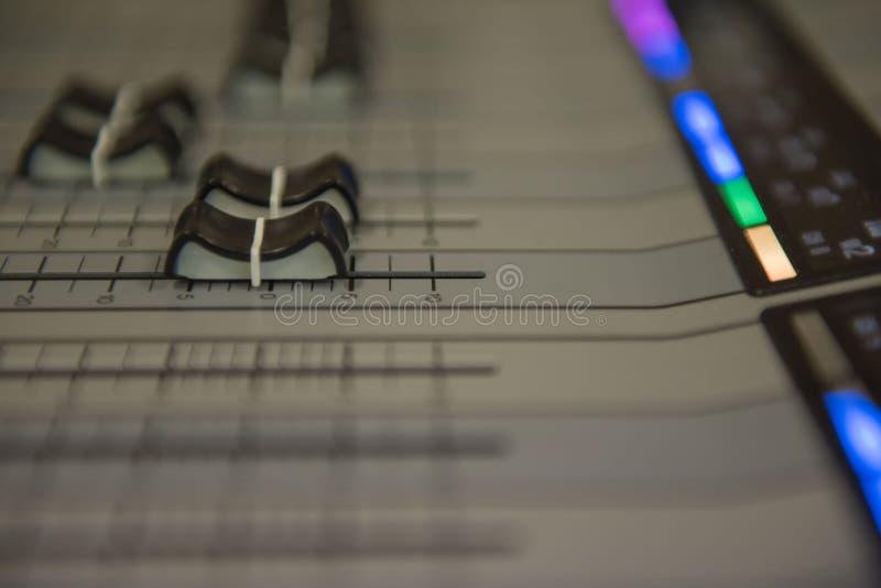 Zbliżenia dostosowania narzędzi rozsądnego melanżeru Audio muzyka, technologia zdjęcia stock