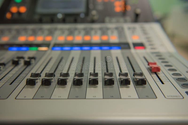 Zbliżenia dostosowania narzędzi rozsądnego melanżeru Audio muzyka, technologia fotografia stock