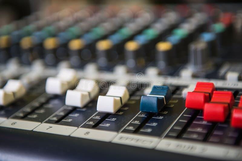 Zbliżenia dostosowania narzędzi rozsądnego melanżeru Audio muzyka, technologia obrazy stock
