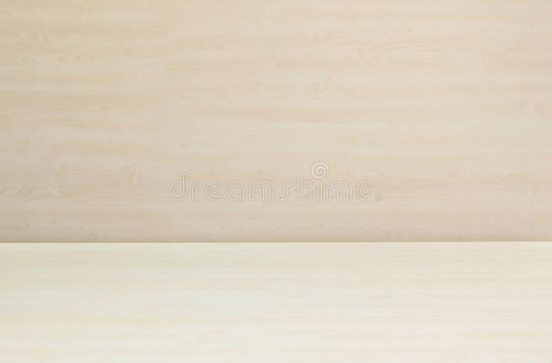 Zbliżenia drewna nawierzchniowy wzór przy drewnianym biurkiem z zamazana ściana textured drewna tłem pod okno światłem fotografia royalty free