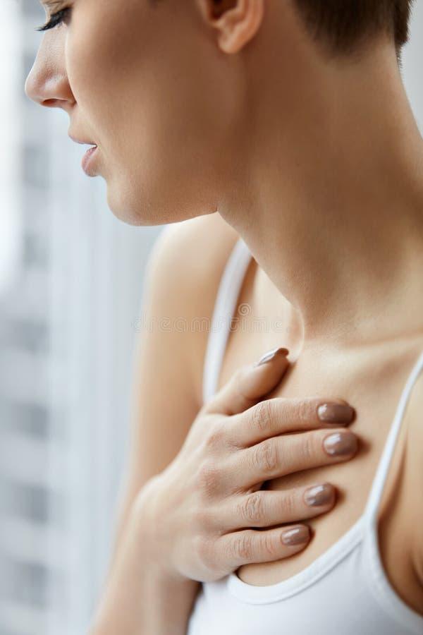 Zbliżenia Żeński ciało, kobieta Ma ból W klatce piersiowej, zdrowie zagadnienia zdjęcie royalty free