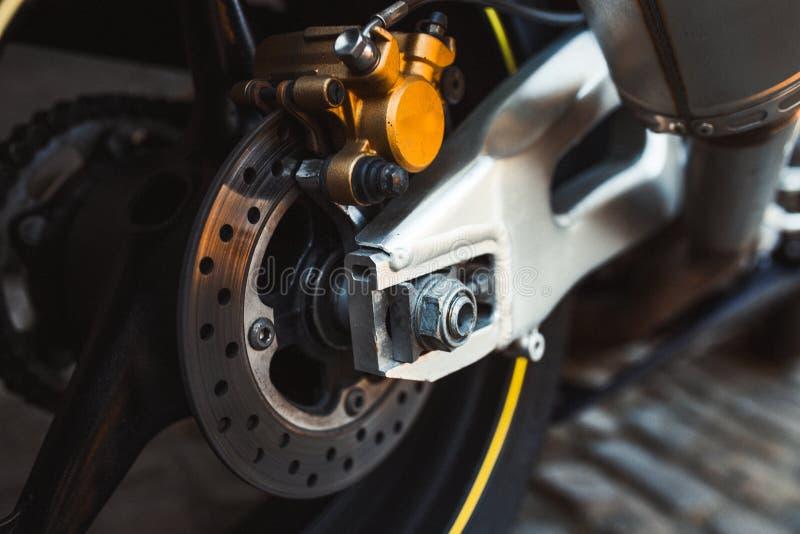 Zbliżenia enduro metalu błyszczący stalowi hamulcowi ochraniacze Szybki krańcowy motocyklu motocyklu rower przyśpieszają miechowa obrazy stock