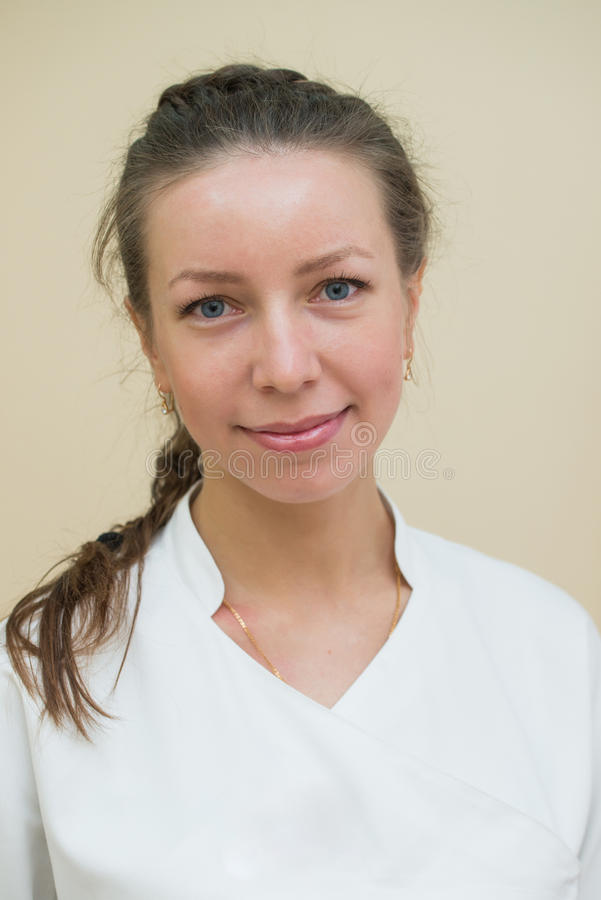 Zbliżenia headshot portret życzliwy, ono uśmiecha się, ufna kobieta, kobiety lekarka, patrzeje kamerę fotografia royalty free