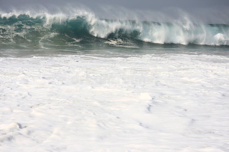 Zbliżenia morza fala z białymi kroplami i pianą obrazy royalty free