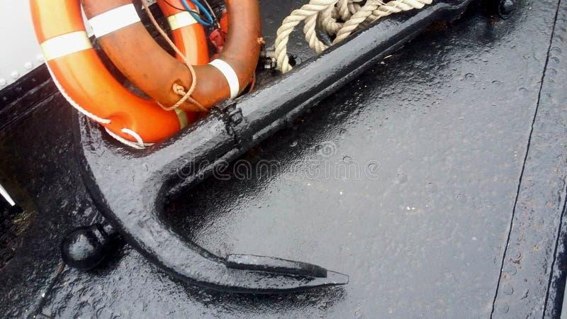 Zbliżenia o f duża kotwica, lifebelt i żeglarz arkana na łodzi w morzu północnym, - skrytka, alarm, lifeboat, przeciwawaryjny poj fotografia stock