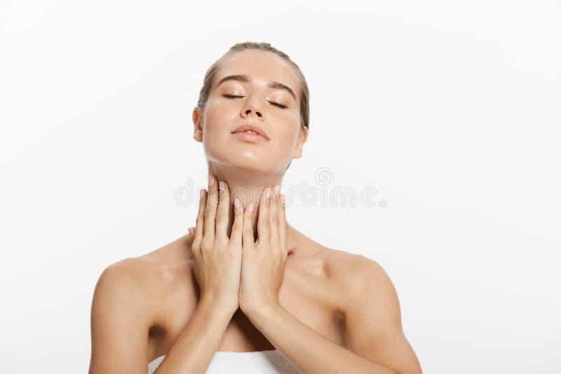 Zbliżenia piękna modela dziewczyny twarz z naturalnym nagim makeup i czystą skórą Skincare traktowania twarzowy pojęcie biały zdjęcia royalty free