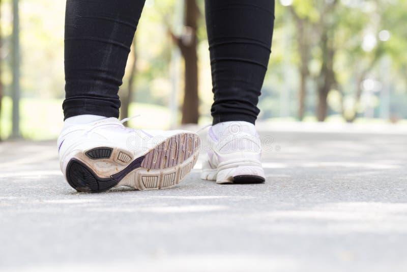 zbliżenia urazu nogi mięśnia bólu biegacza działający sporty plamią uda macanie Kobieta z bólem w kostce podczas gdy jogging fotografia stock