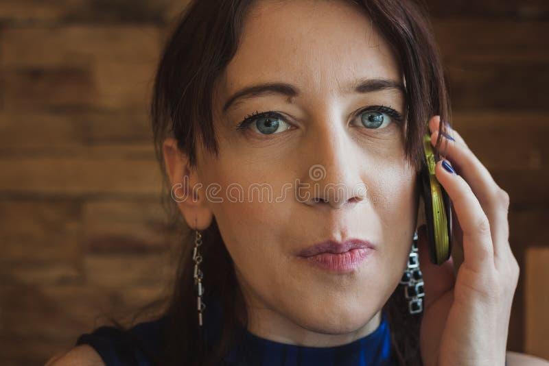Zbliżenie ładna dziewczyna opowiada na telefonie obraz royalty free
