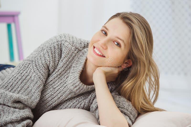 Zbliżenie ładna i śliczna uśmiechnięta kobieta w studiu zdjęcia stock
