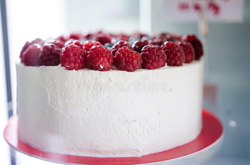 Zbliżenie śmietanki i malinki tort obrazy royalty free