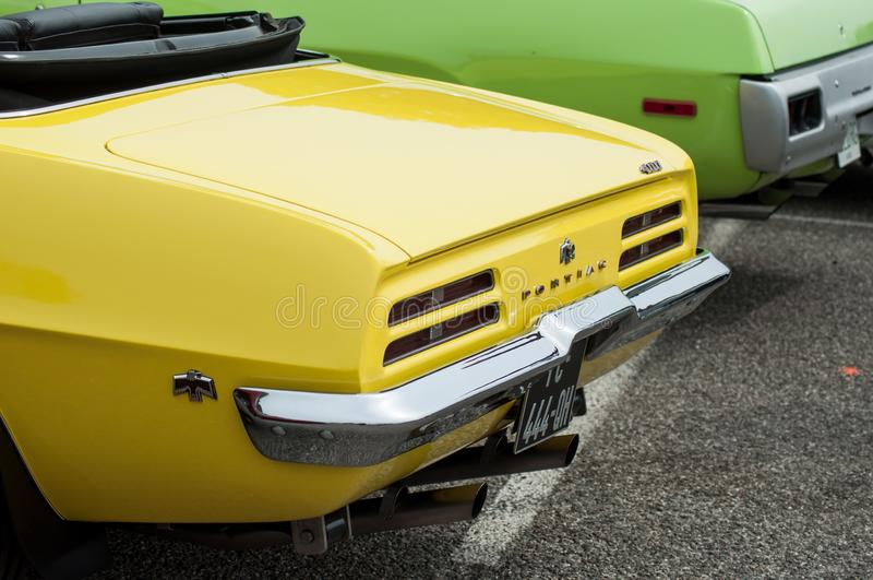 Zbliżenie żółtego rocznika amerykański samochodowy tyły od Pontiac gatunku parkującego przy zabawy samochodowego przedstawienia w obrazy stock
