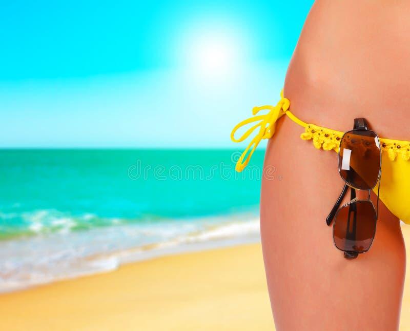 Zbliżenie żeński ciało w swimsuit z okularami przeciwsłonecznymi fotografia stock