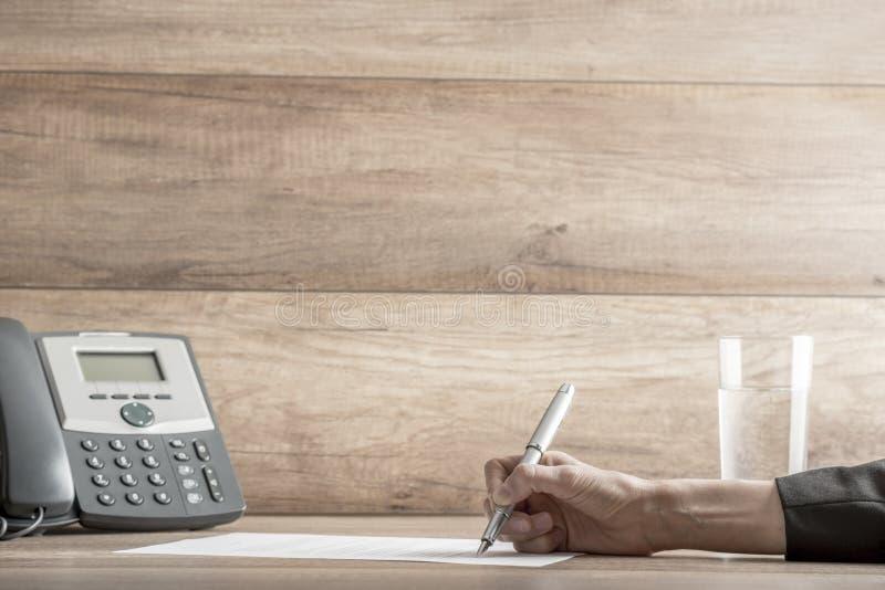 Zbliżenie żeński prawnik lub kierownictwo podpisuje kontrakt fotografia stock