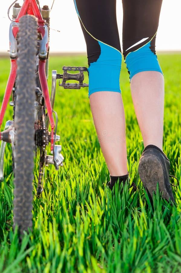 Zbliżenie żeńskie cyklista nogi, rower i fotografia royalty free