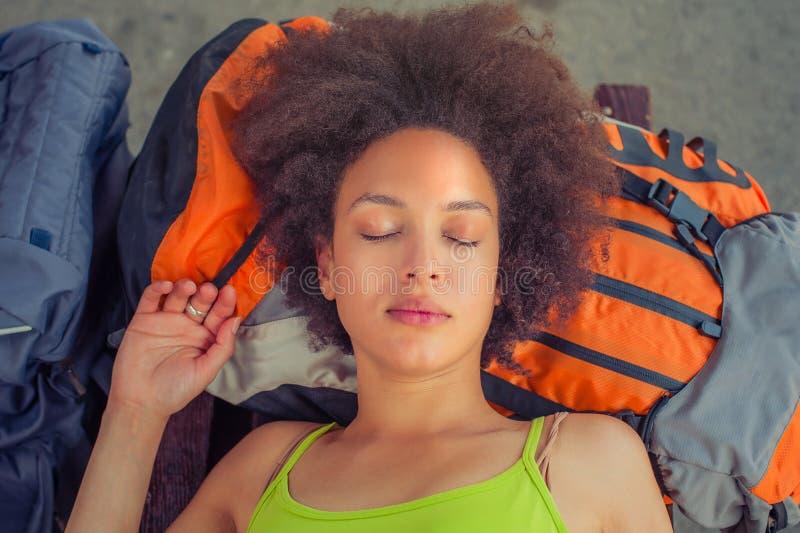 Zbliżenie żeńskiego backpacker turystyczny drzemanie na ławce zdjęcia stock