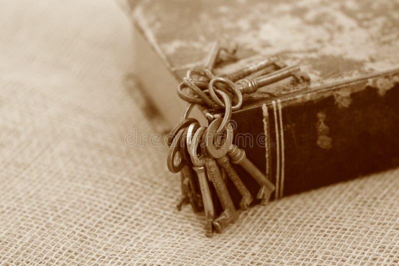 Zbliżenie antyczni klucze na starym folio sepiowy styl Sekret studiuje pojęcie Dziejowy studia pojęcie al studiuje pojęcie zdjęcie royalty free