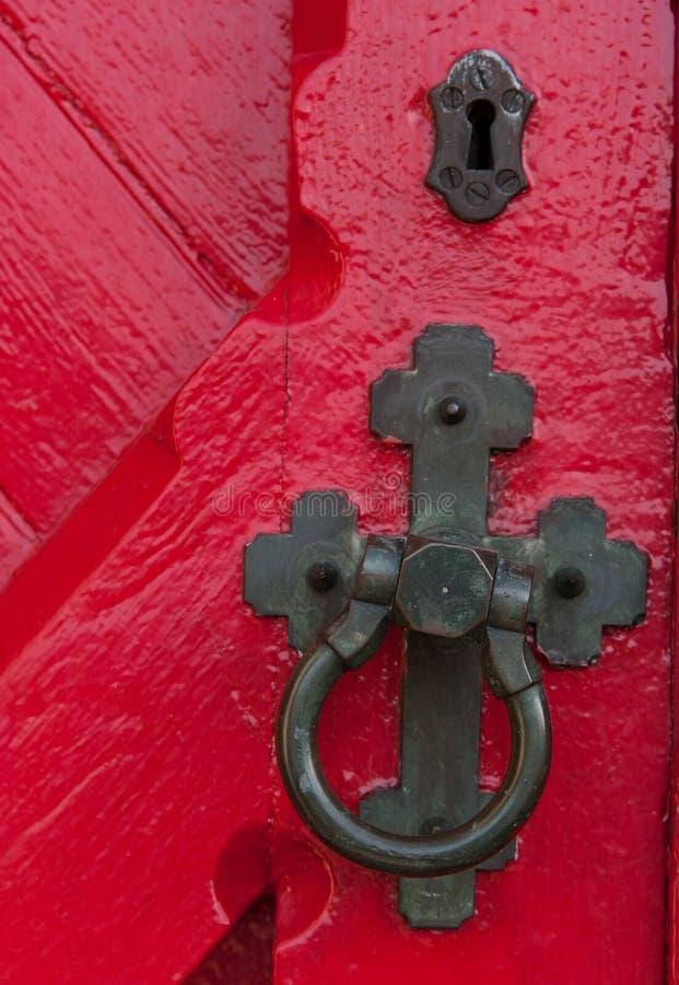 Zbliżenie antykwarska drzwiowa rękojeść i keyhole na drewnianej czerwieni obrazy stock