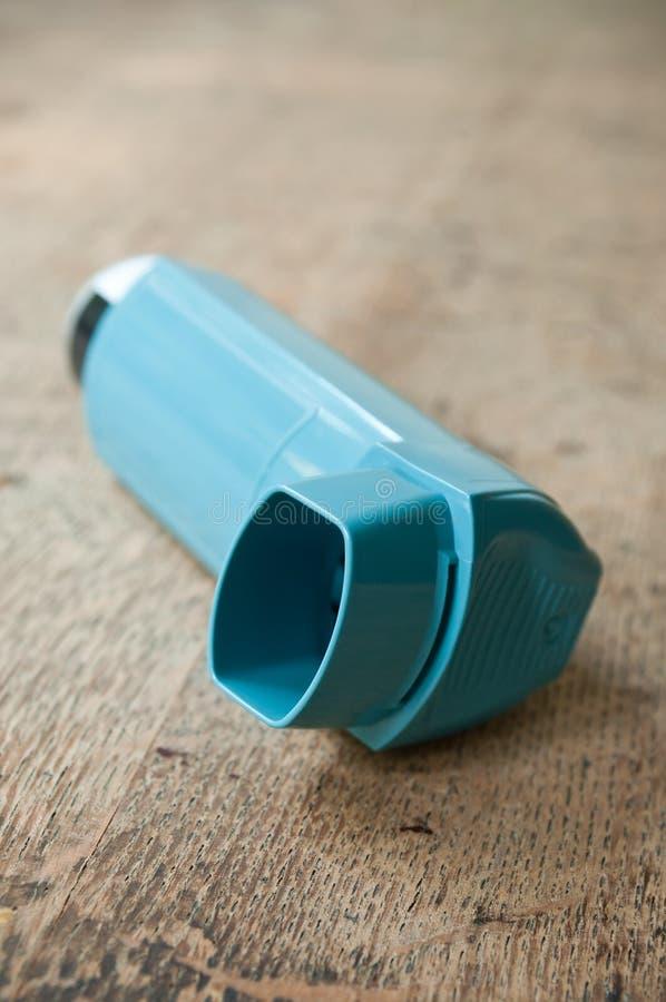 Zbliżenie astma aerosol na drewnianym stole fotografia stock