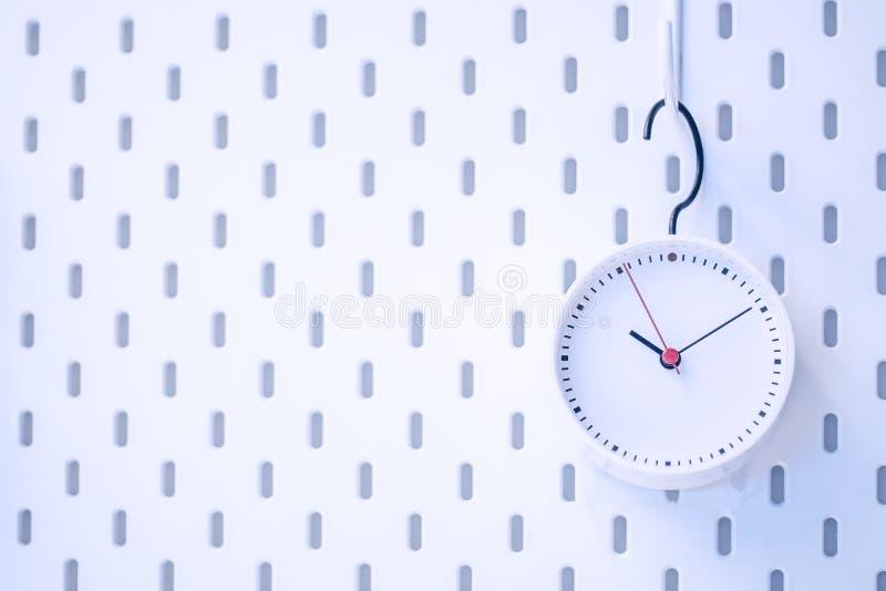 Zbliżenie błękitny ścienny zegar ustawia na błękitnym tle zdjęcia royalty free