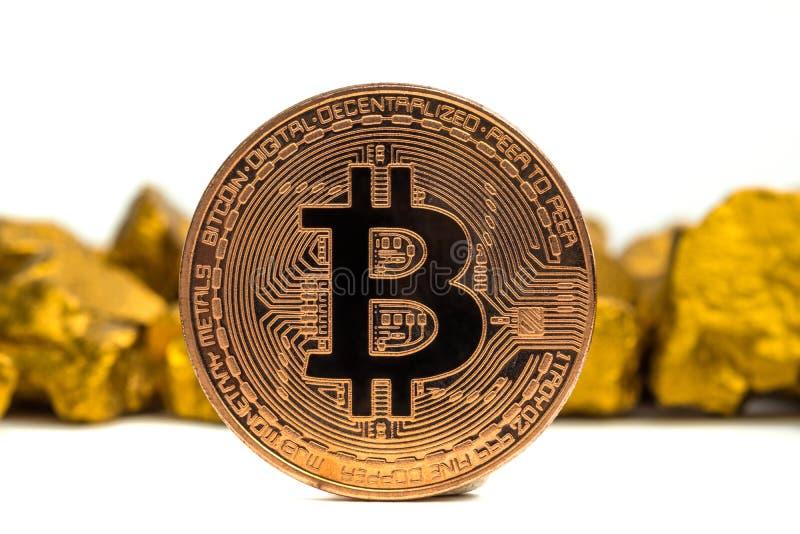 Zbliżenie bitcoin cyfrowa waluta i kruszec na złocistej bryłki lub złota białym tle, cennym kamieniu lub gomółce złoty kamień, fotografia royalty free
