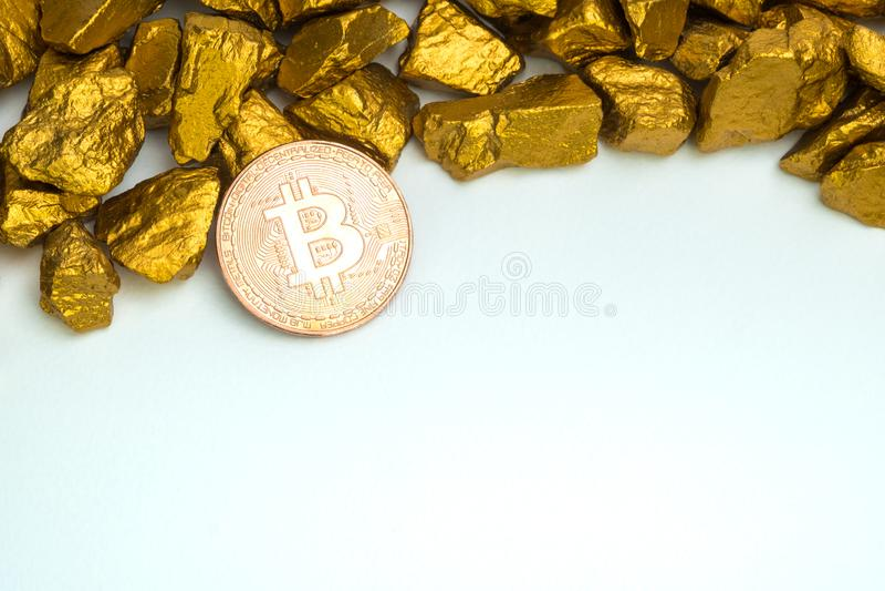 Zbliżenie bitcoin cyfrowa waluta i kruszec na złocistej bryłki lub złota białym tle, cennym kamieniu lub gomółce złoty kamień, zdjęcia stock