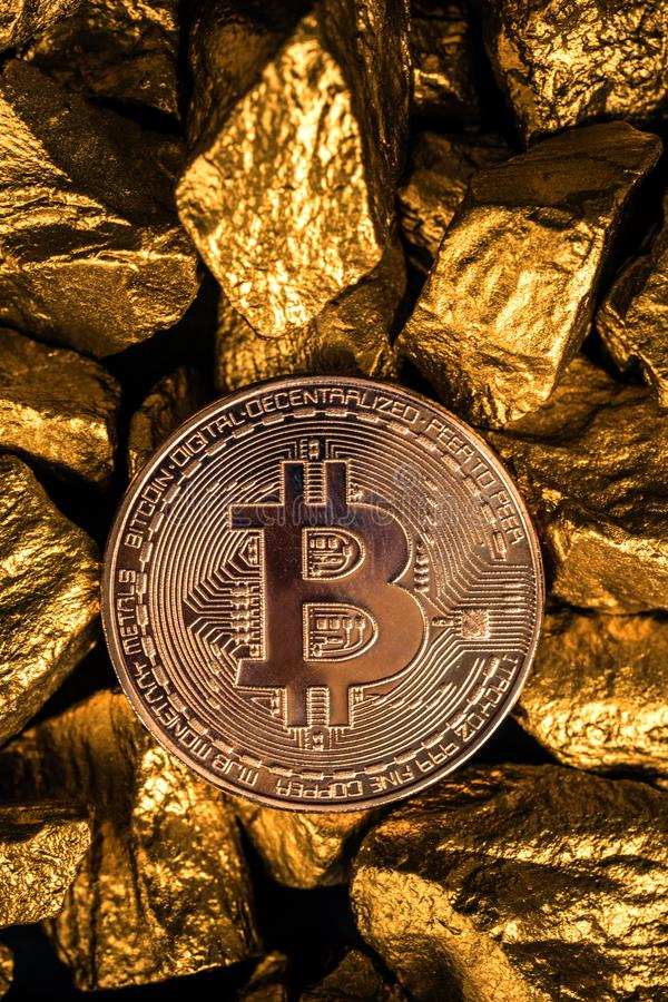 Zbliżenie bitcoin cyfrowa waluta i kruszec na złocistej bryłki lub złota czarnym tle, cennym kamieniu lub gomółce złoty kamień, zdjęcia stock