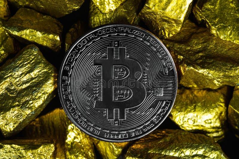 Zbliżenie bitcoin cyfrowa waluta i kruszec na złocistej bryłki lub złota czarnym tle, cennym kamieniu lub gomółce złoty kamień, obrazy stock