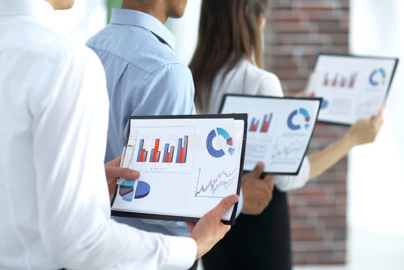 zbliżenie biznes drużyny utrzymań kartoteki pieniężni wykresy obraz stock