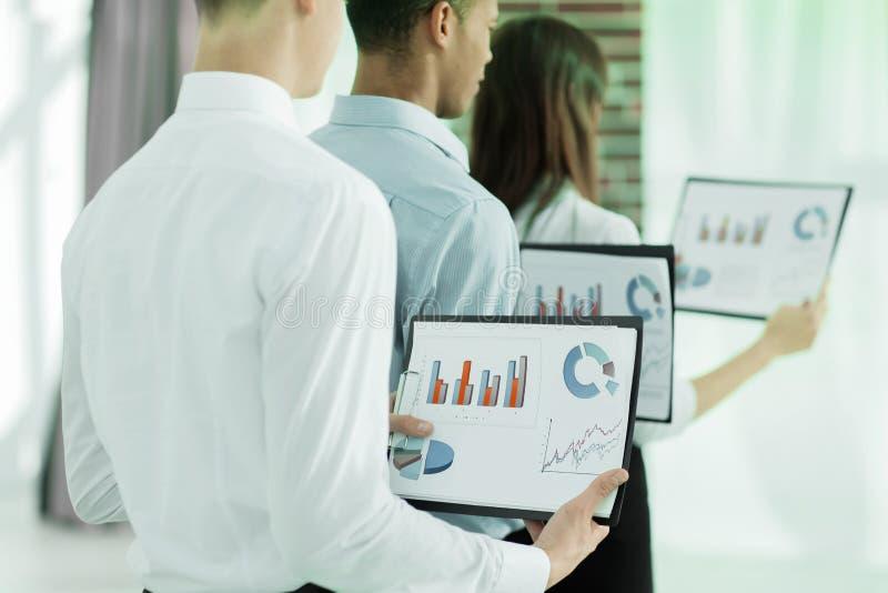 zbliżenie biznes drużyny utrzymań kartoteki pieniężni wykresy zdjęcie stock