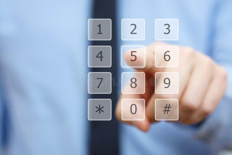Zbliżenie biznesmen ręki tarcza liczba na wirtualnej klawiaturze obrazy stock