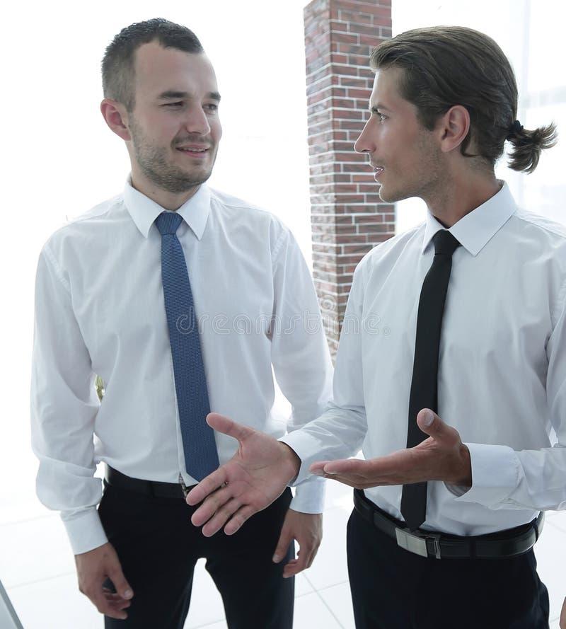 Zbliżenie biznesowa drużyna dyskutuje aktualne sprawy zdjęcia stock