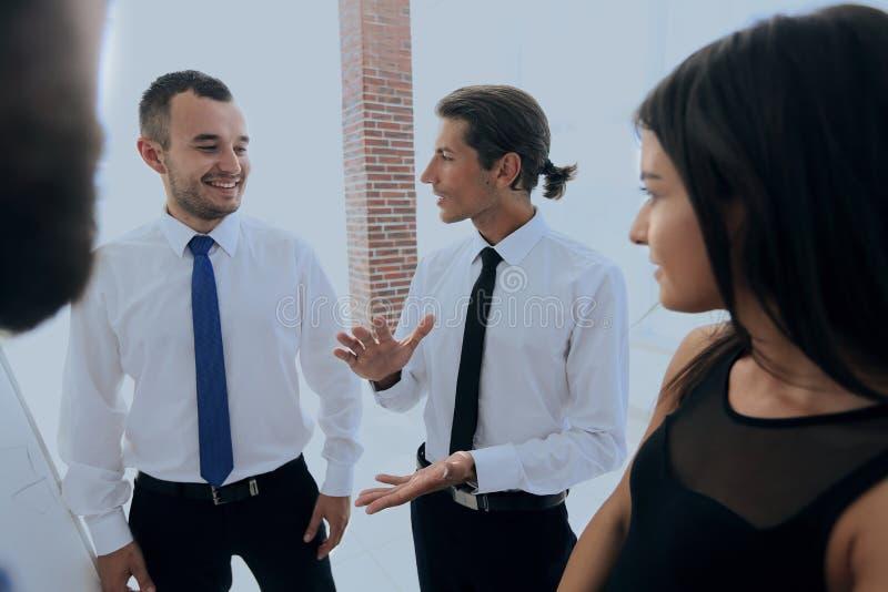 Zbliżenie biznesowa drużyna dyskutuje aktualne sprawy zdjęcie royalty free