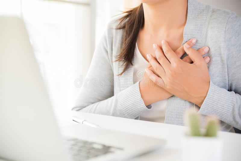 Zbliżenie biznesowa kobieta ma ataka serca zdjęcia royalty free