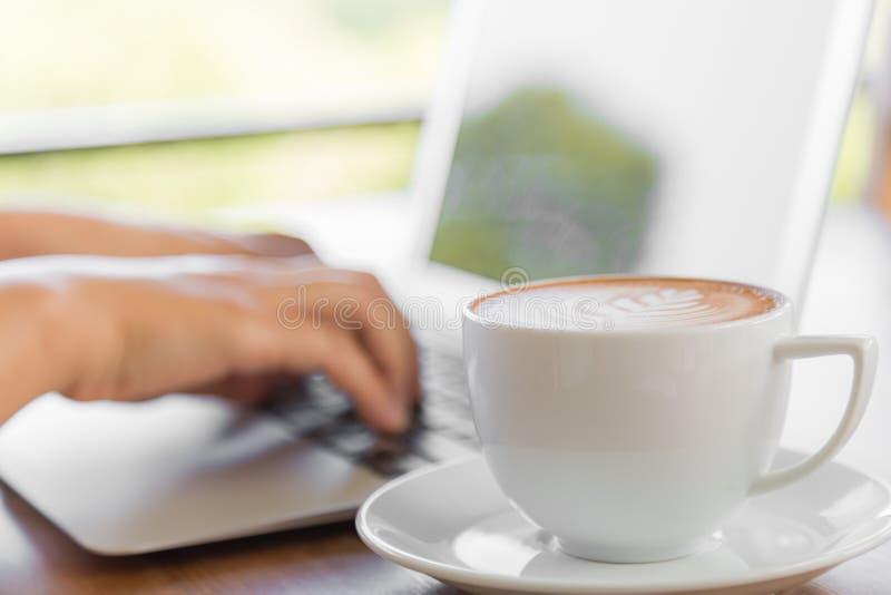 Download Zbliżenie Biznesowej Kobiety Ręka Pisać Na Maszynie Na Laptop Klawiaturze Zdjęcie Stock - Obraz złożonej z laptop, femaleness: 57650634