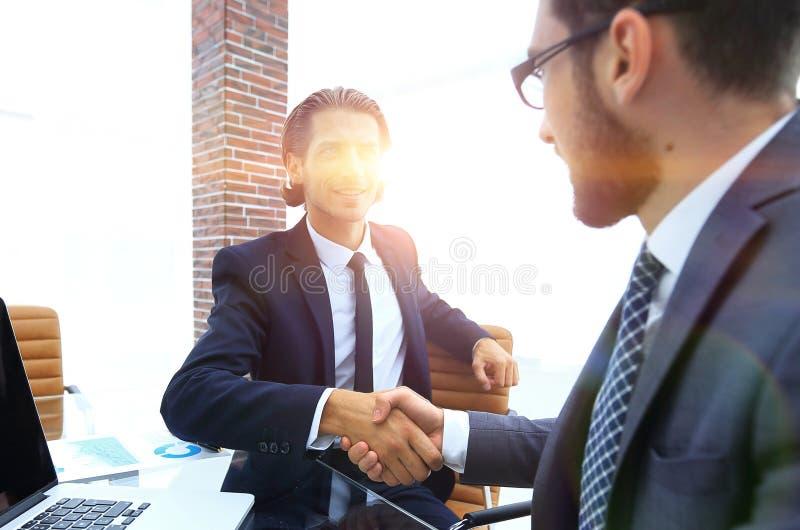 zbliżenie Biznesowy uścisk dłoni w biurze zdjęcie royalty free