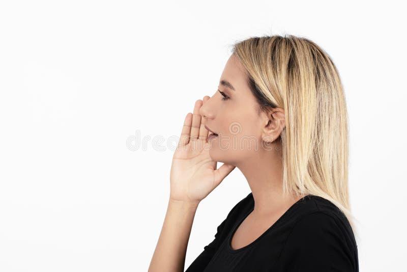 Zbliżenie bocznego widoku profilu portreta kobieta opowiada z rozsądnym przybyciem z jej otwartego usta odizolowywał białego tło zdjęcia stock