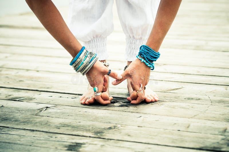 Zbliżenie bosi kobieta cieki i ręki ćwiczymy joga plenerowy obrazy stock