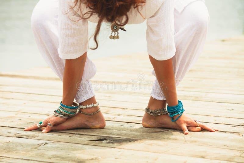 Zbliżenie bosy kobiety praktyki joga plenerowy obrazy royalty free