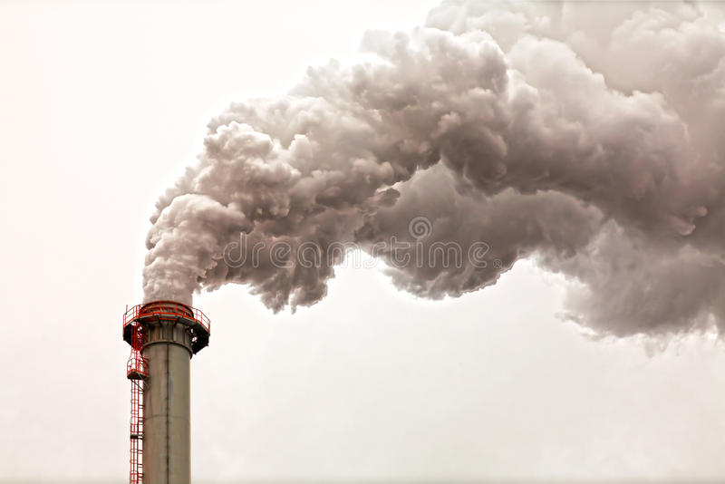 Zbliżenie brudne ciemne dymne chmury od wysokiego przemysłowego kominu zdjęcie royalty free