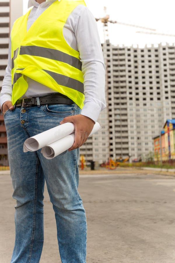 Zbliżenie budowa inżyniera pozycja przy placem budowy i h zdjęcia royalty free