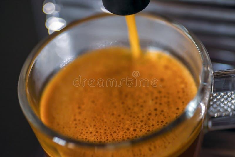 Zbliżenie cappuccino maszyna - miękka ostrość zdjęcia stock
