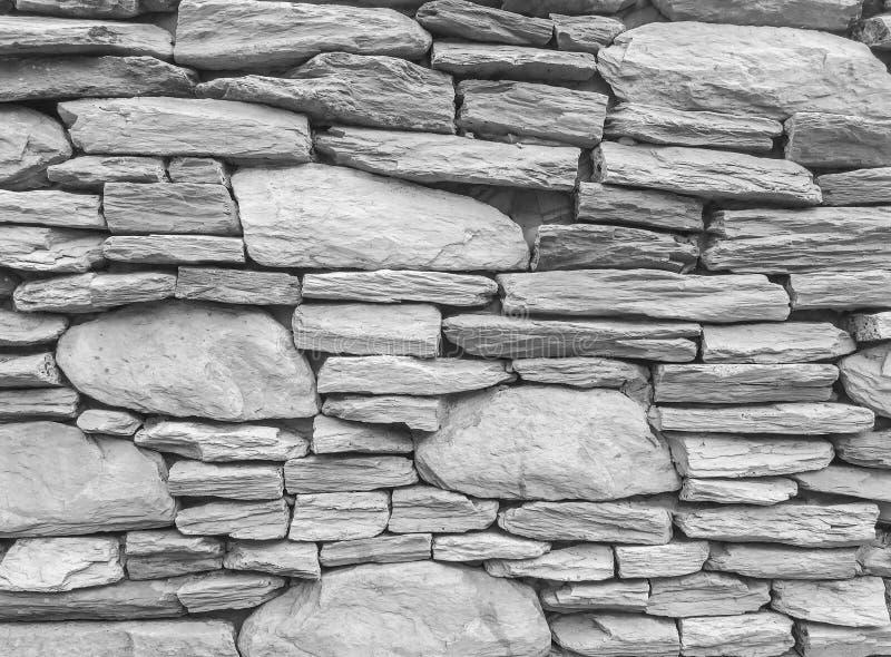 Zbliżenie cegły nawierzchniowy wzór przy starym kamiennym ściana z cegieł textured tło w czarny i biały brzmieniu fotografia stock