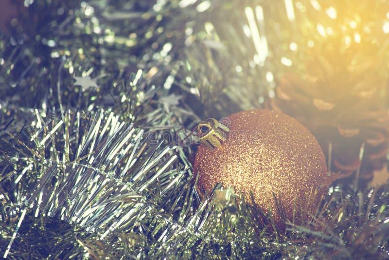 Zbliżenie choinek dekoracje, złocisty bożego narodzenia tło błyska obrazy stock