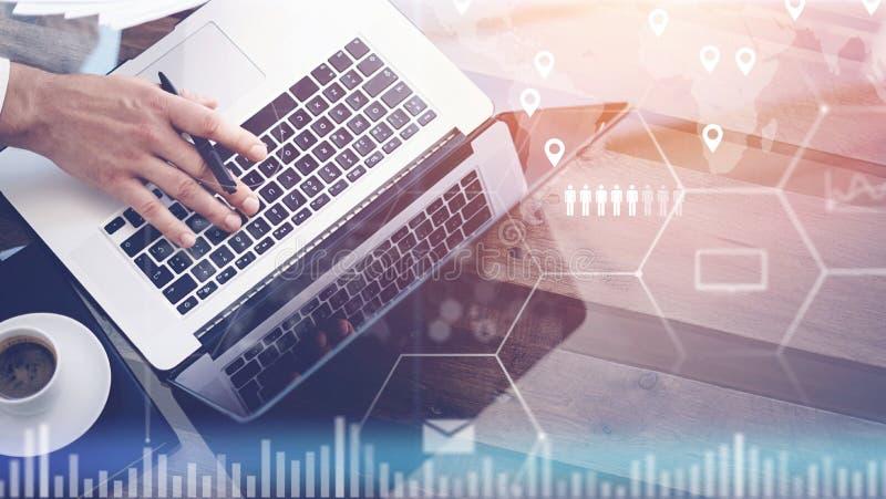 Zbliżenie cyfrowy ekran, wirtualnego związku ikona, diagram, wykresów interfejsy Mężczyzna pracuje z laptopem przy biurem nowożyt zdjęcie stock