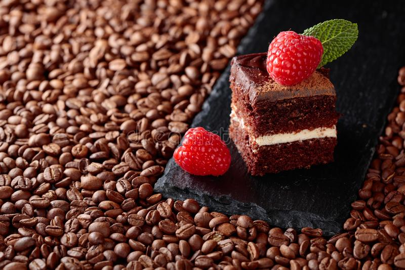Zbliżenie czekoladowy tort z malinką fotografia stock