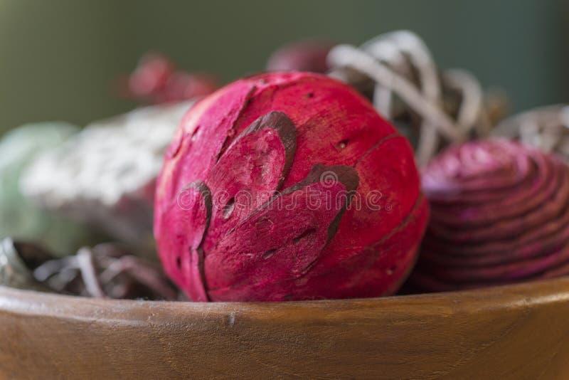 Zbliżenie czerwona aromatyczna potpourri piłka z naturalnymi kawałkami w wo zdjęcie stock