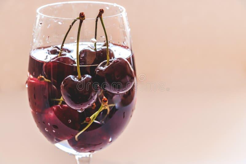 Zbliżenie czerwone słodkie wiśnie w szkle zdjęcia stock