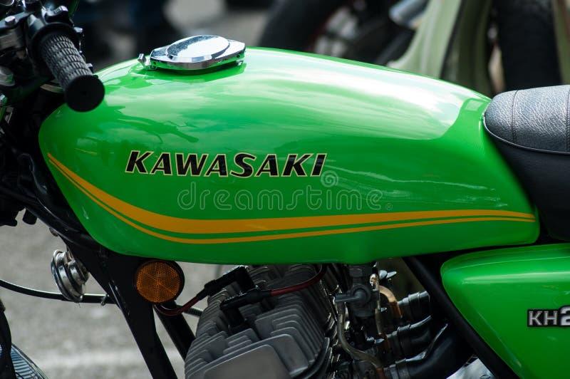 Zbliżenie czerwony Kawasaki zbiornik na rocznika motocyklu parkującym w ulicie fotografia stock