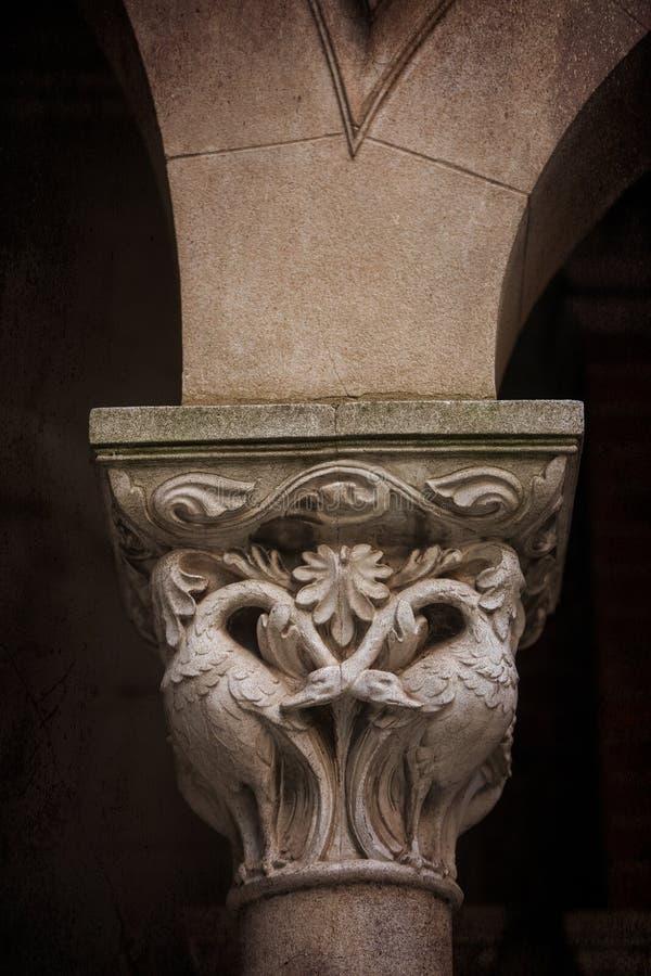 Zbliżenie dekoracyjnego kamienia filar z ciemnym tłem fotografia royalty free