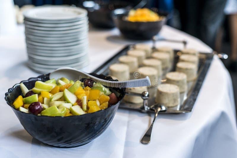Zbliżenie deser na bufeta stole z świeżych owoc śmietanką i galaretą obrazy stock